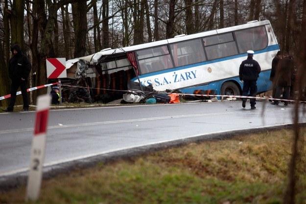 Czołowe zderzenie autobusu z cysterną. 2 ofiary /PAP