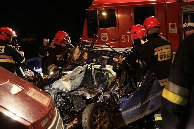 Czołowe zderzenie golfa z autobusem. Trzy ofiary śmiertelne /PAP