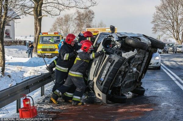 Na zakopiance doszło do czołowego zderzenia dwóch samochodów. Do szpitala trafiło sześć osób, w tym dwoje dzieci.