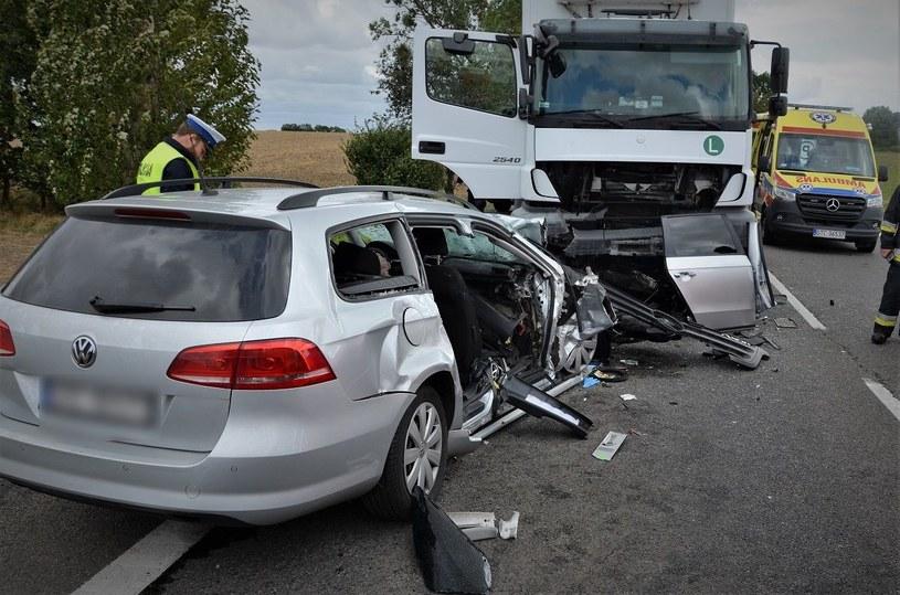 Czołowe zderzenie osobówki z ciężarówką /Policja Pomorska /materiały prasowe