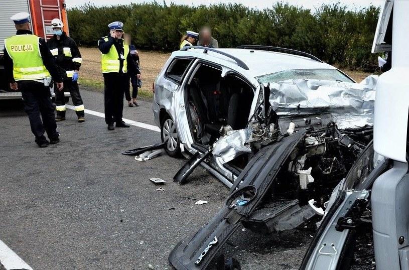 Czołowy wypadek osobówki i ciężarówki /Policja Pomorska /materiały prasowe