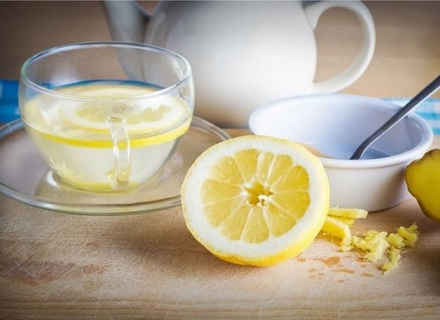 Czosnek, cebula, miód, cytryna, sok malinowy, napar z lipy - w rozsądnych ilościach - działają na organizm wspomagająco. /123RF/PICSEL