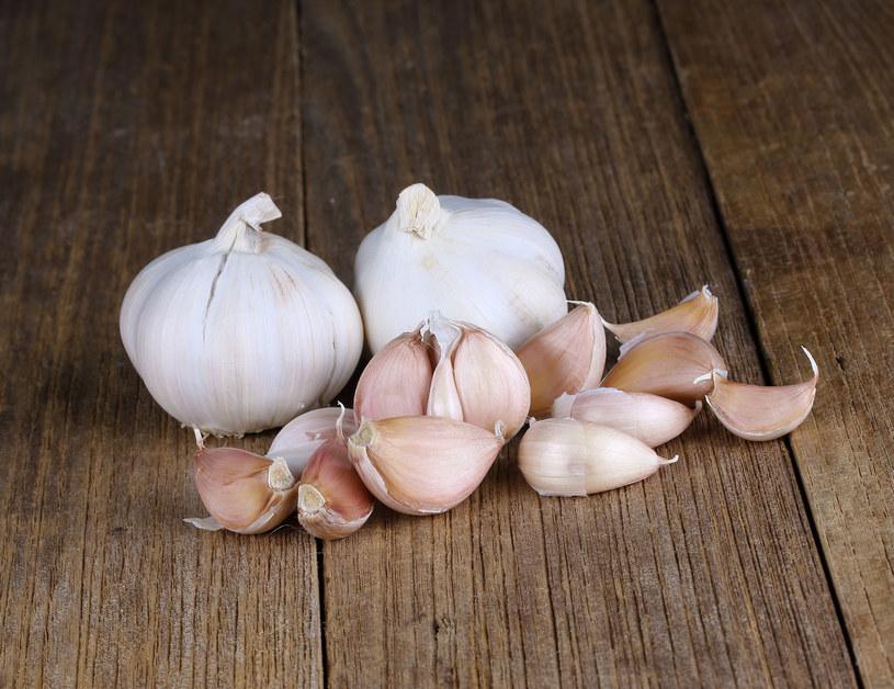 Czosnek to naturalny lek w walce z przeziębieniem /123RF/PICSEL