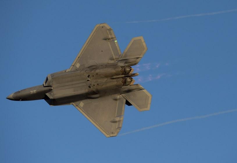 Cztery niewidzialne dla radarów myśliwce F-22 Raptor przeleciały nad Koreą Południową /SAUL LOEB / AFP /AFP