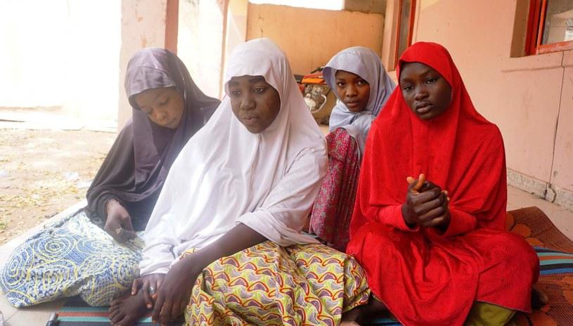 Cztery uczennice, którym udało się uciec niedługo po porwaniu /AFP