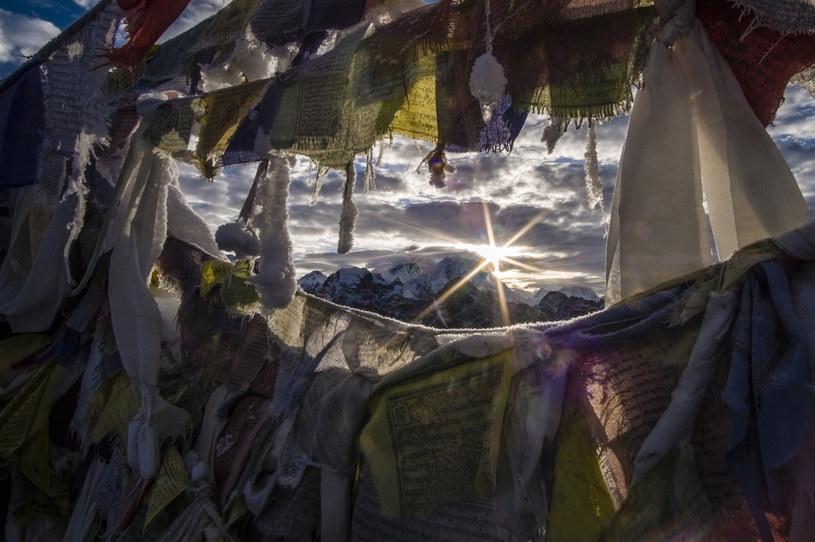 Czubek Everestu widziany ze szczytu niższej góry Gokyo Ri / Frank Bienewald / Contributor /Getty Images