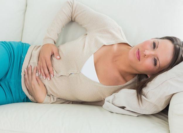 Czujesz ból w podbrzuszu? Koniecznie idź do lekarza! /123RF/PICSEL