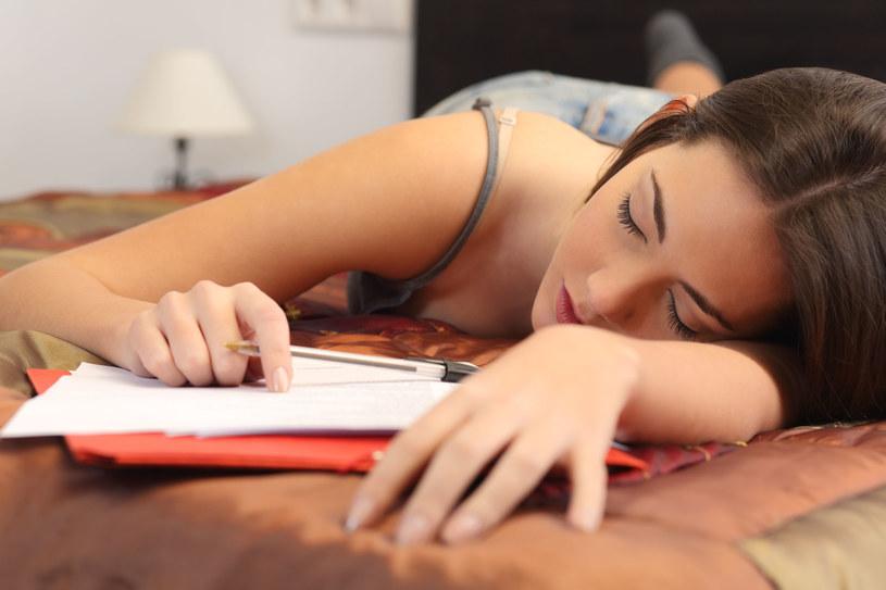 Czujesz codzienne znużenie i senność? Może to być skutek spożywania cukru /123RF/PICSEL