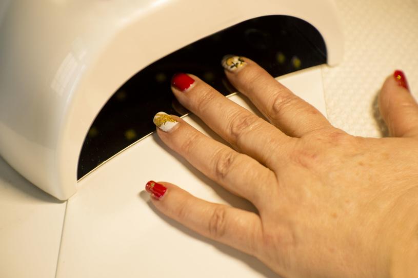 Czujesz pieczenie, gdy wsadzasz paznokcie pod lampę? To znak, że są osłabione /123RF/PICSEL