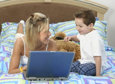 Czujesz się winna, jeśli nie udaje ci się być idealną mamą? /ThetaXstock