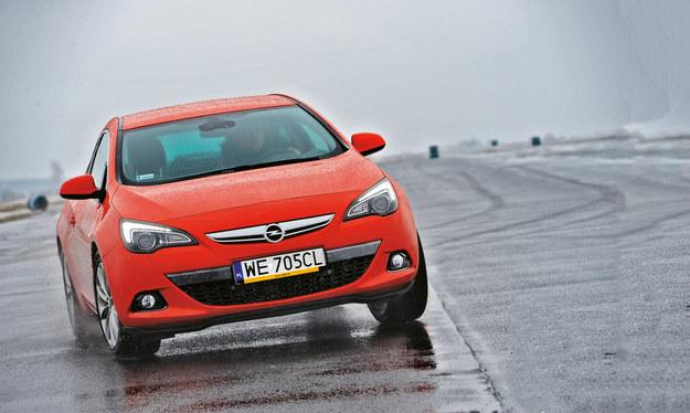 Czujnik zmierzchu może nie przełączyć świateł w deszczu lub we mgle. /Motor