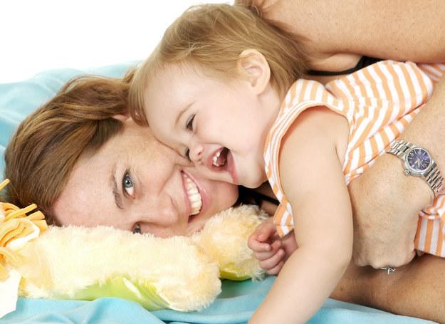 Czuły dotyk wychodzi dzieciom na zdrowie /123RF/PICSEL