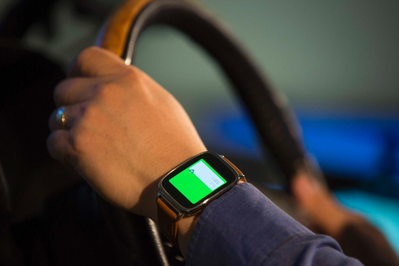Czunik na ręce może monitorować puls, ciśnienie czy temperaturę kierowcy oraz przekazywać te dane do pokładowego komputera /