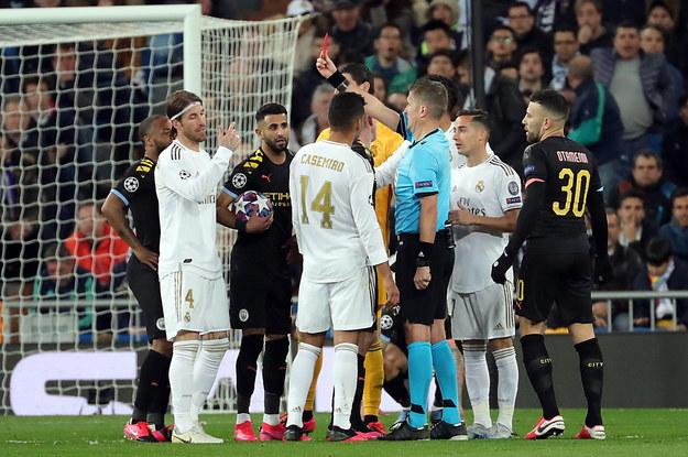 Czwarta czerwona kartka Sergio Ramosa w piłkarskiej Lidze Mistrzów /JUANJO MARTIN /PAP/EPA