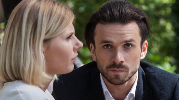 Czy Alek zdecyduje się powiedzieć o wszystkim żonie? /www.barwyszczescia.tvp.pl/