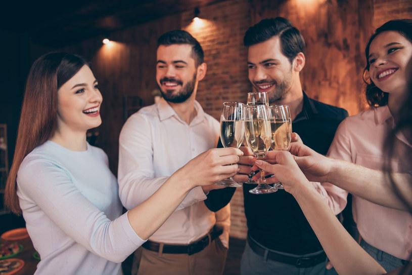 Czy alkohol i zdrady to obrazki z polskich imprez integracyjnych? /123RF/PICSEL