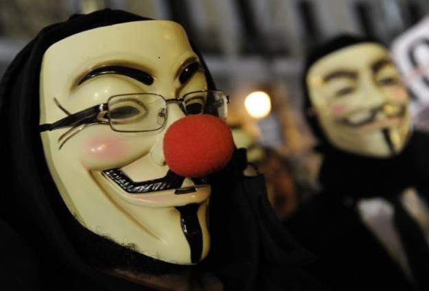 Czy Anonimowi walczą z Państwem Islamskim, czy to może inna grupa haktywistów? /AFP