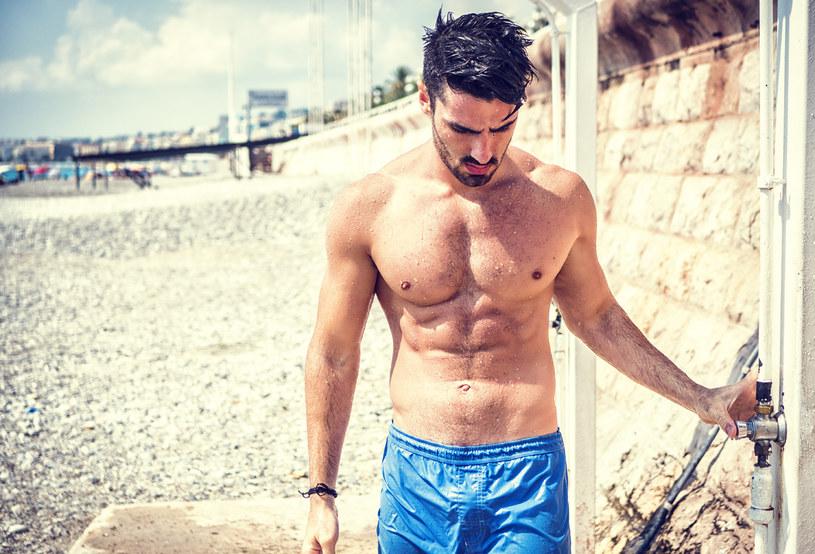 Czy atrakcyjnym fizycznie mężczyznom żyje się łatwiej? /123RF/PICSEL