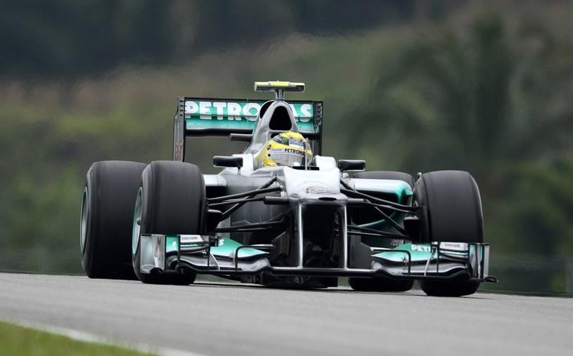 Czy bolid Mercedesa jest zgodny z regulaminem? /AFP