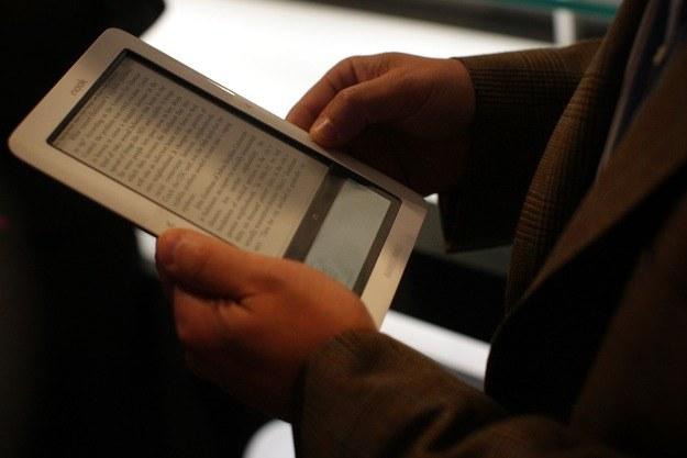 Czy czytanie na e-czytnikach jest zdrowe dla oczu? /AFP
