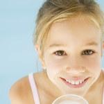 Czy dzieci naprawdę powinny pić mleko?
