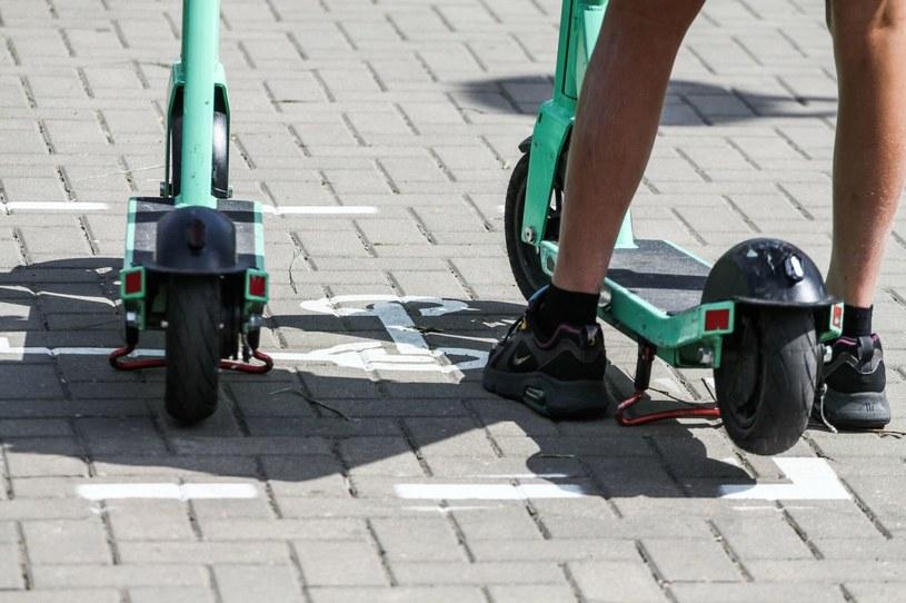 Czy e-hulajnoga po doczepieniu siodełka staje sie motorowerem? /Artur Szczepanski/REPORTER /Agencja SE/East News