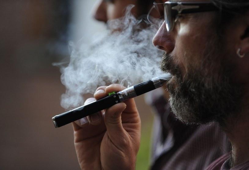 Czy e-papierosy faktycznie są zdrową alternatywą dla tytoniu? /East News