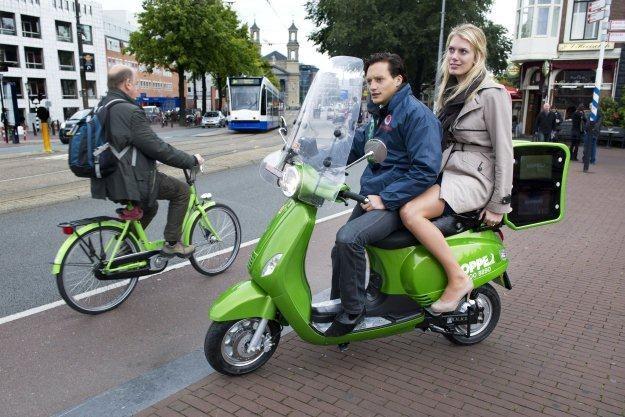 Czy elektryczne skutery wyprą rowery? /AFP