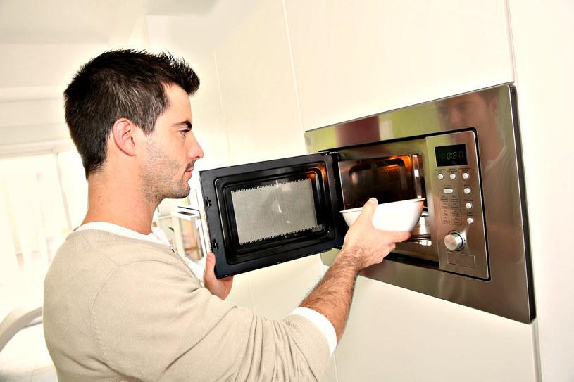 Czy faktycznie powinniśmy ograniczać się z używaniem mikrofalówki do przygotowywania naszych posiłków? /123RF/PICSEL