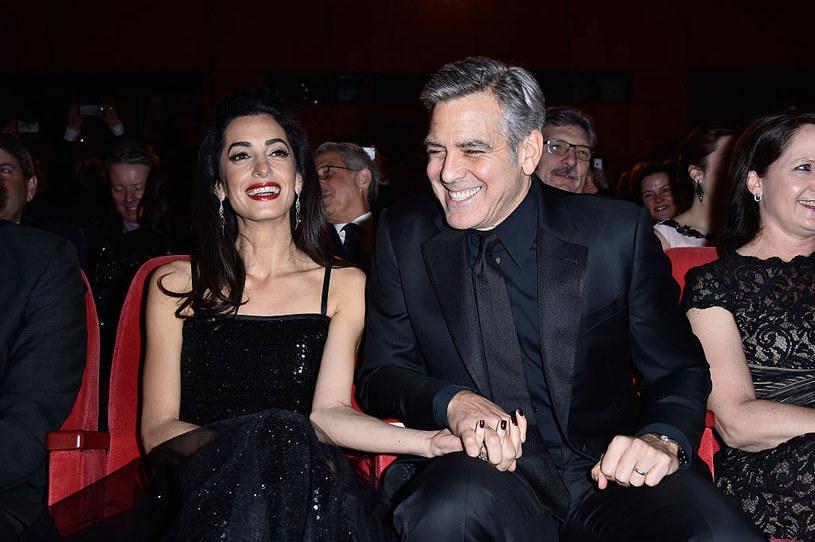 Czy George Clooney urodził się z takimi uśmiechem? Na zdjęciu z żoną, Amal Clooney /Pascal Le Segretain /Getty Images
