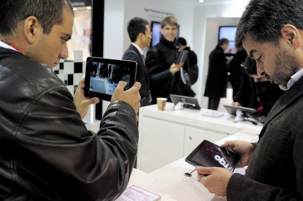 Czy jednak producenci przeliczyli się z liczbą sprzedawanych tabletów? /AFP