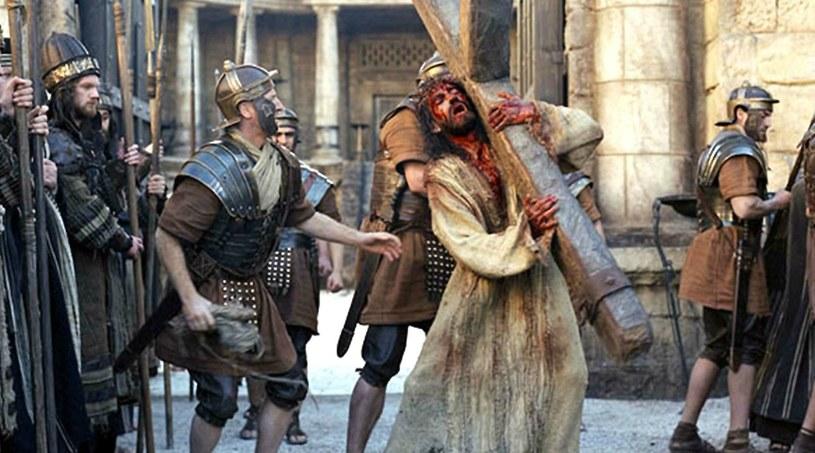 """Czy Jezus mógł samodzielnie pokonać drogę na wzgórze Golgota? (kadr z filmu """"Pasja"""") /LONDON FEATURE/East News /East News"""