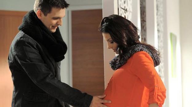 Czy Ksawery (Sebastian Cybulski) doczeka narodzin dziecka Kasi (Katarzyna Glinka)? /ARTRAMA