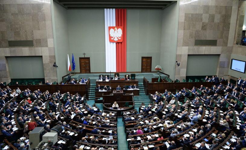 """Czy ławy poselskie pełne będą """"znanych"""" nazwisk? /Jacek Turczyk /PAP"""