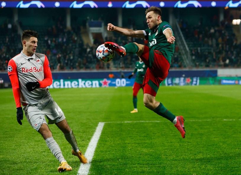 Czy Maciej Rybus (z prawej) skutecznie przestraszył młodego tuza Węgrów Dominika Szoboszlaia podczas starcia Ligi Mistrzów Lokomotiwu z RB Salzburg? /AFP
