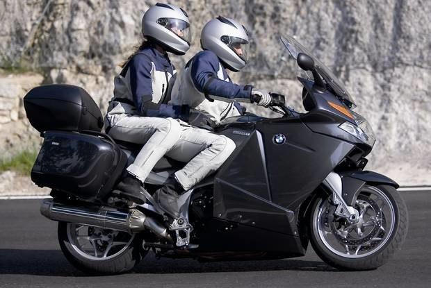 Czy można nie zauważyć, że z motocykla spada pasażerka? / fot. ilustracyjne /