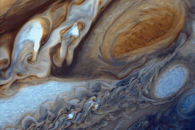 Czy na planetach bez stałej powierzchni może istnieć życie? Na zdjęciu zbliżenie na atmosferę Jowisza. /NASA