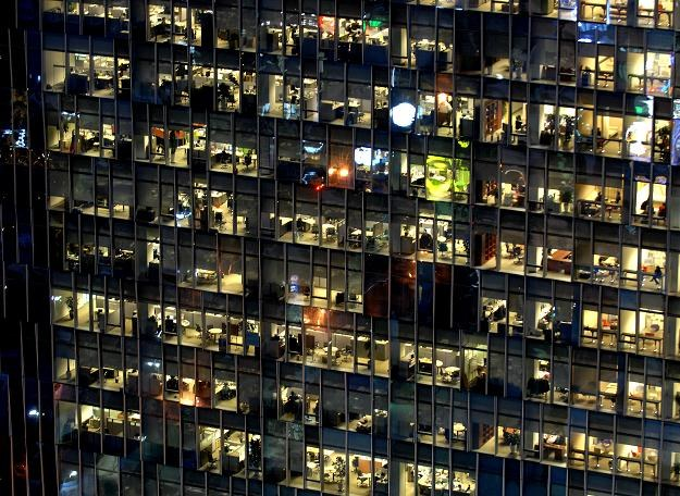 Czy na  przejściu na samozatrudnienie można zyskać? /AFP