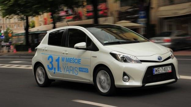 Czy napis na drzwiach Toyoty mówi prawdę? Sprawdzamy to realnych w warunkach miejskich. /Auto Moto