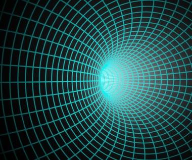 Czy niektóre czarne dziury to tunele czasoprzestrzenne?