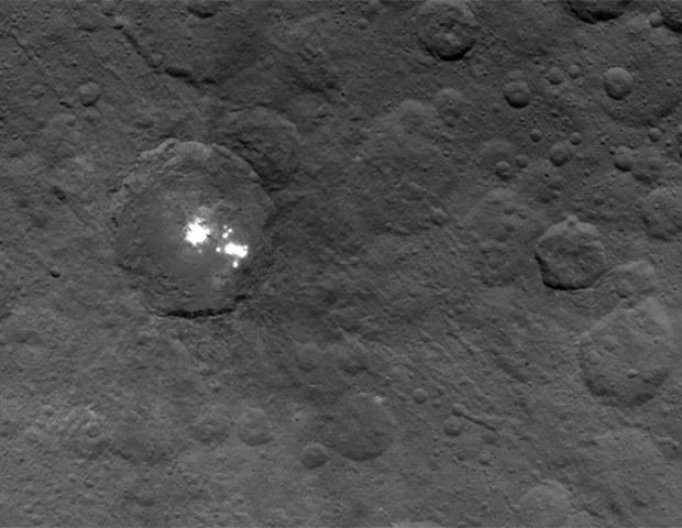 Czy obserwacje mgły pozwolą wyjaśnić fenomen tajemniczych świateł na Ceres? /materiały prasowe