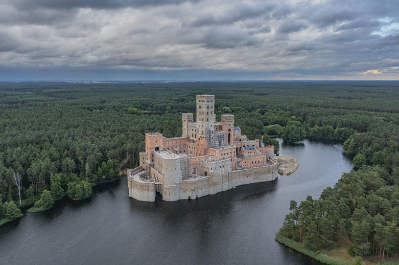 Czy ogromna budowla inspirowana średniowiecznymi zamkami powinna była powstać w samym środku Puszczy Noteckiej? /Robert Neumann / Forum /Agencja FORUM