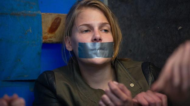 Czy Ola zostanie zgwałcona? /x-news/ Radek Orzeł /TVN