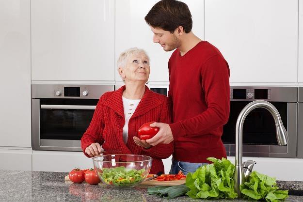 Czy osoba uzyskująca opiekę od najbliższych w zamian za przekazanie nieruchomości ma płacić podatek? /©123RF/PICSEL