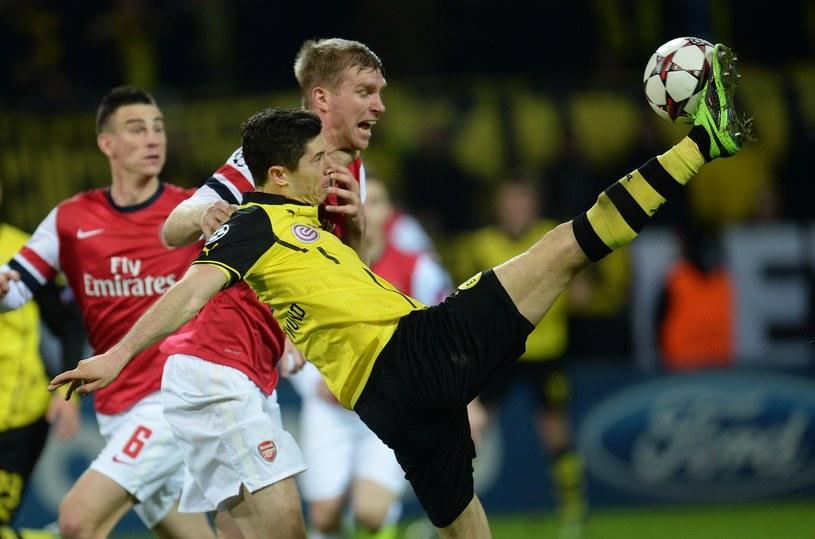 Czy Per Mertesacker przytrzymywał Roberta Lewandowskiego w polu karnym Arsenalu? /AFP