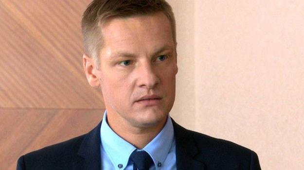 Czy Piotrek utrzyma posadę w kancelarii? /www.mjakmilosc.tvp.pl/