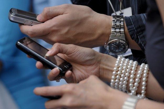 Czy pisanie SMS-ów może zastąpić prawdziwą rozmowę? /AFP