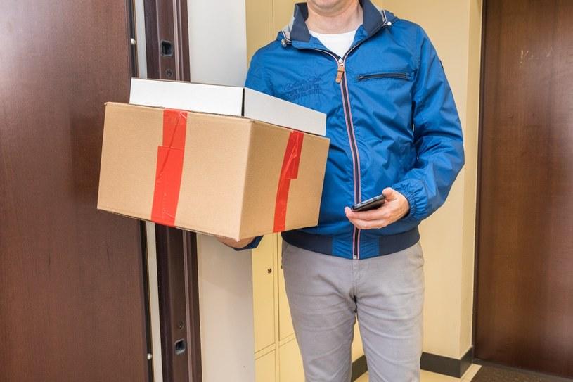 Czy podczas nowych obostrzeń mogę jechać do paczkomatu po paczkę? (zdjęcie ilustracyjne) /Arkadiusz Ziółek /East News