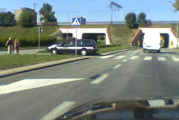 czy policja może parkować także na przejściu dla pieszych? / kliknij /INTERIA.PL