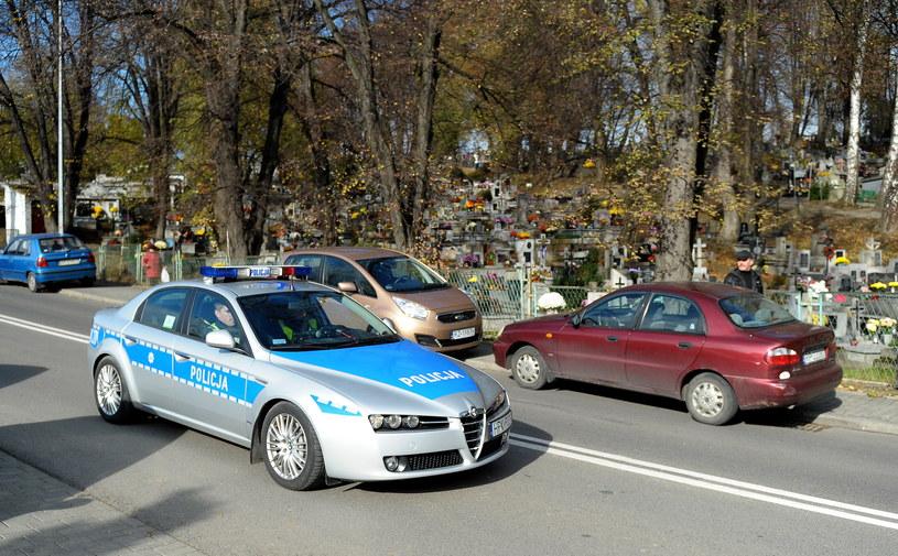 Czy policjanci z alfy zwrócą uwagę  na nieprawidłowo zaparkowane samochody? /PAP